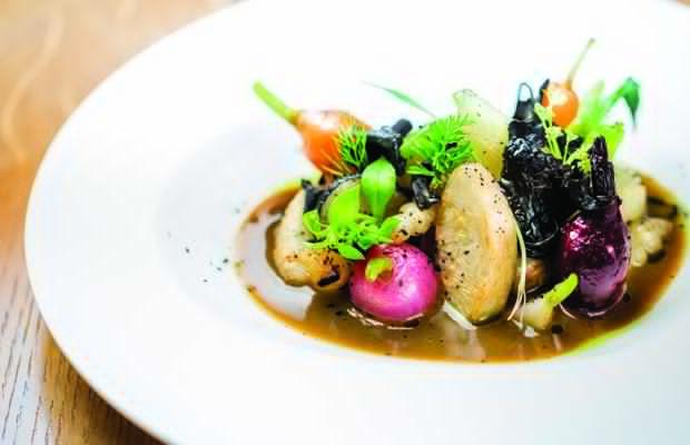 Kolorowe danie w sosie na białym talerzu