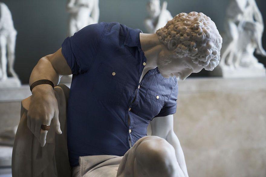 Klasyczna rzeźba ubrana w krótki top i spodenki