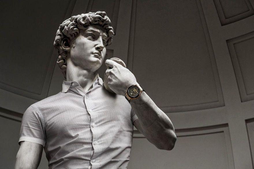 Klasyczna rzeźba ubrana w koszulę, z zegarkiem na ręku