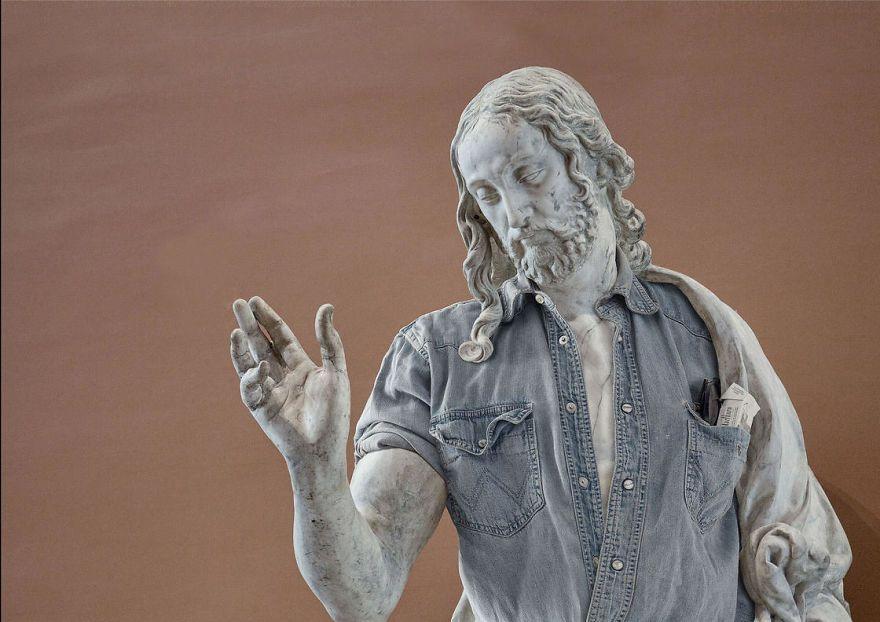 Klasyczna rzeźba ubrana w rozpiętą koszulę, z kieszeni wystaje paczka papierosów