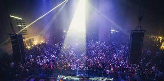 Hala pełna ludzi i stanowisko dj-skie
