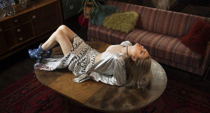 Dziewczyna leżąca na ławie w sukience