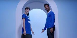 Kobieta i mężczyzna ubrani na niebiesko stojący w wejściu