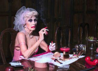 elegancka starsza pani z papierosem w dłoni z rozmazanym makijażem i skąpą sukienką