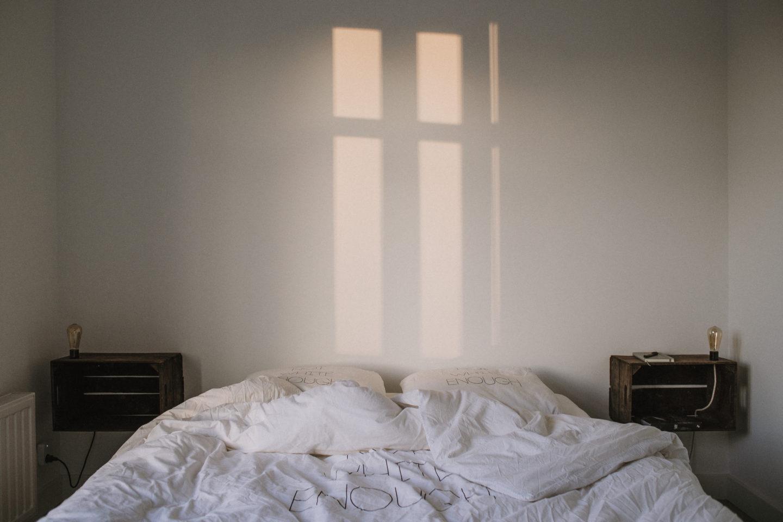 Puste łóżko z białą pościelą