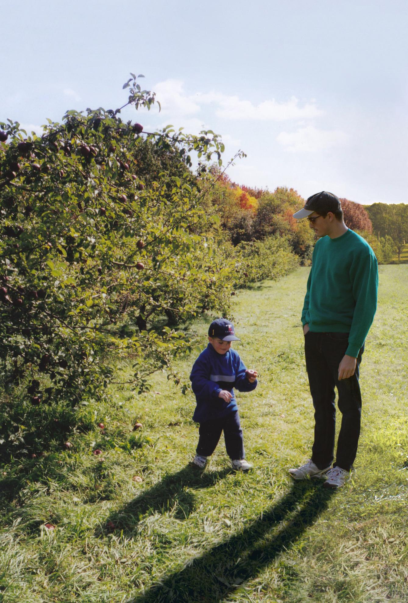 Mały chłopiec i mężczyzna w ogrodzie