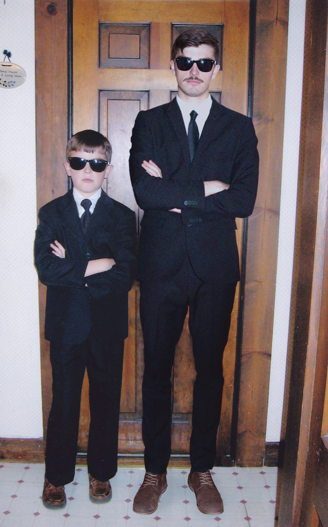 Chłopiec i mężczyzna przebrani za Blues Brothers