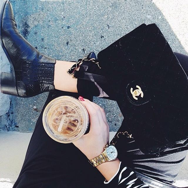 mrożona kawa w kubeczku ze słomką, Chanel i Alexander Wang