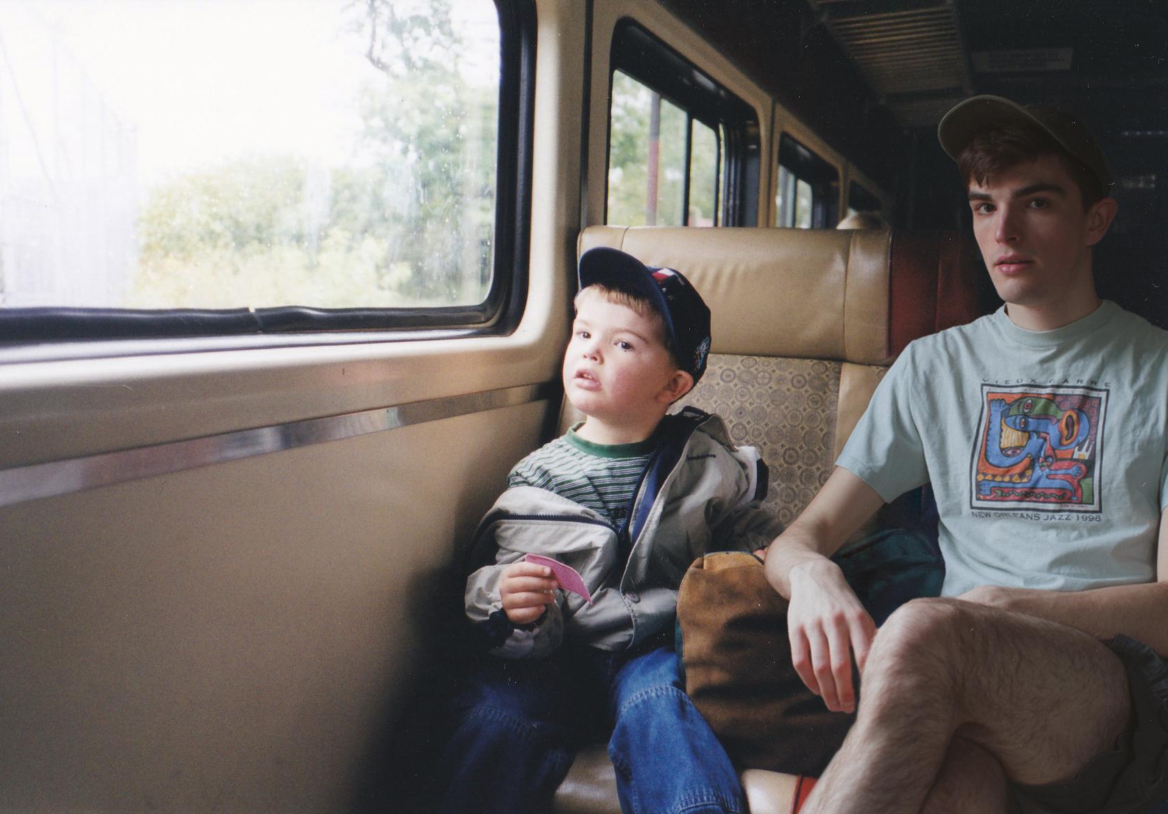 Mały chłopak i mężczyzna wyglądają przez okno pociągu