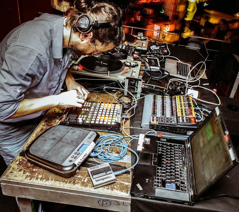 DJ grający na koncercie za deckami