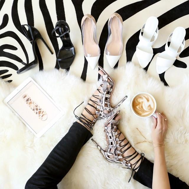 układanka z butów, dodatków i kubka artystycznej kawy na dywaniku w zebrę