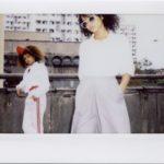 Dwie ciemnoskóre dziewczyny w przestrzeni blokowej