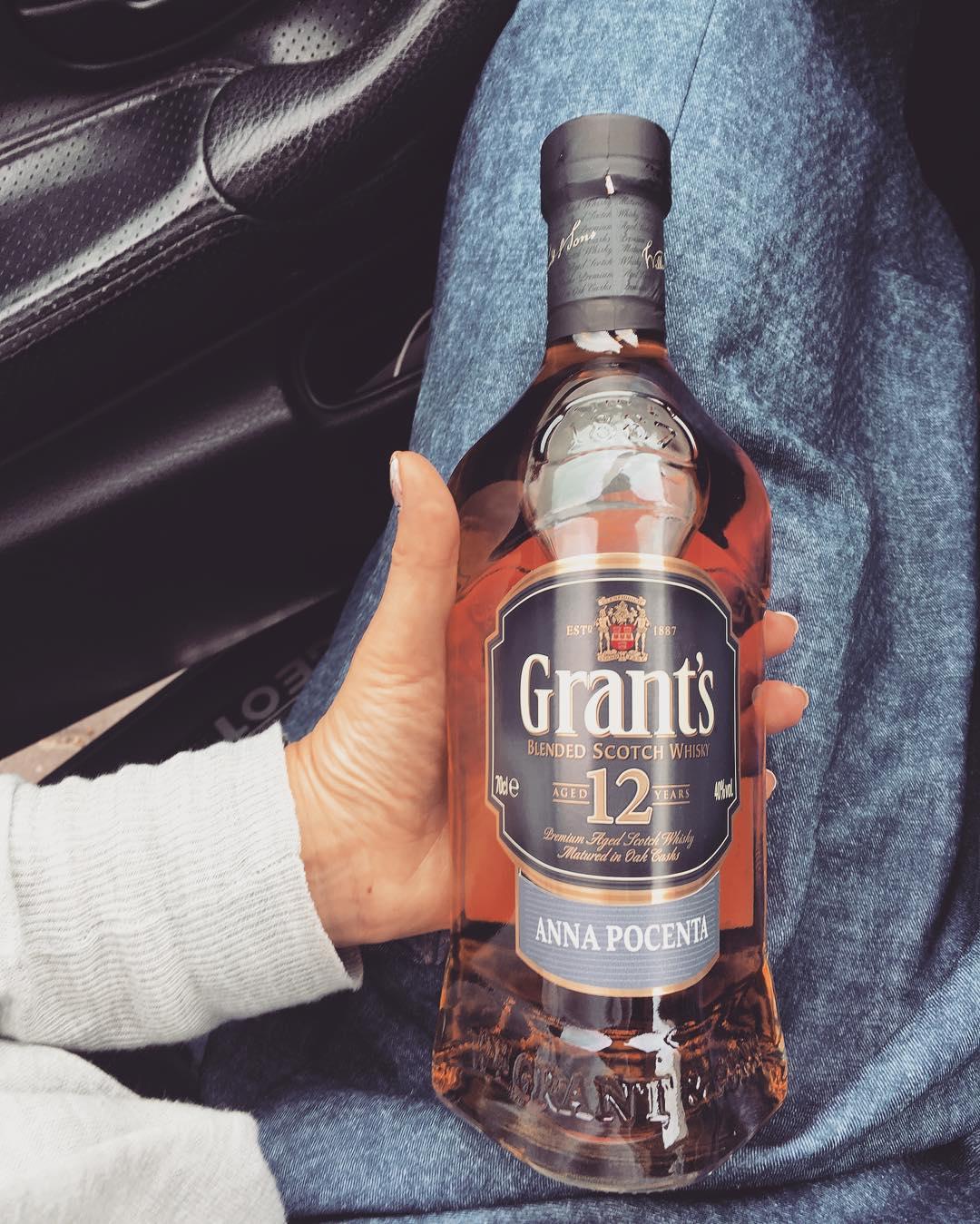 Ręka trzymająca butelkę whiskey