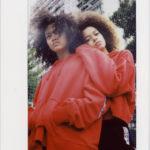 Dwie ciemnoskóre dziewcyzny w czerwonych bluzach