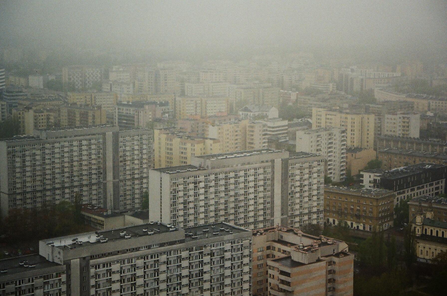 Zdjęcie zrobione miastu we smogu.