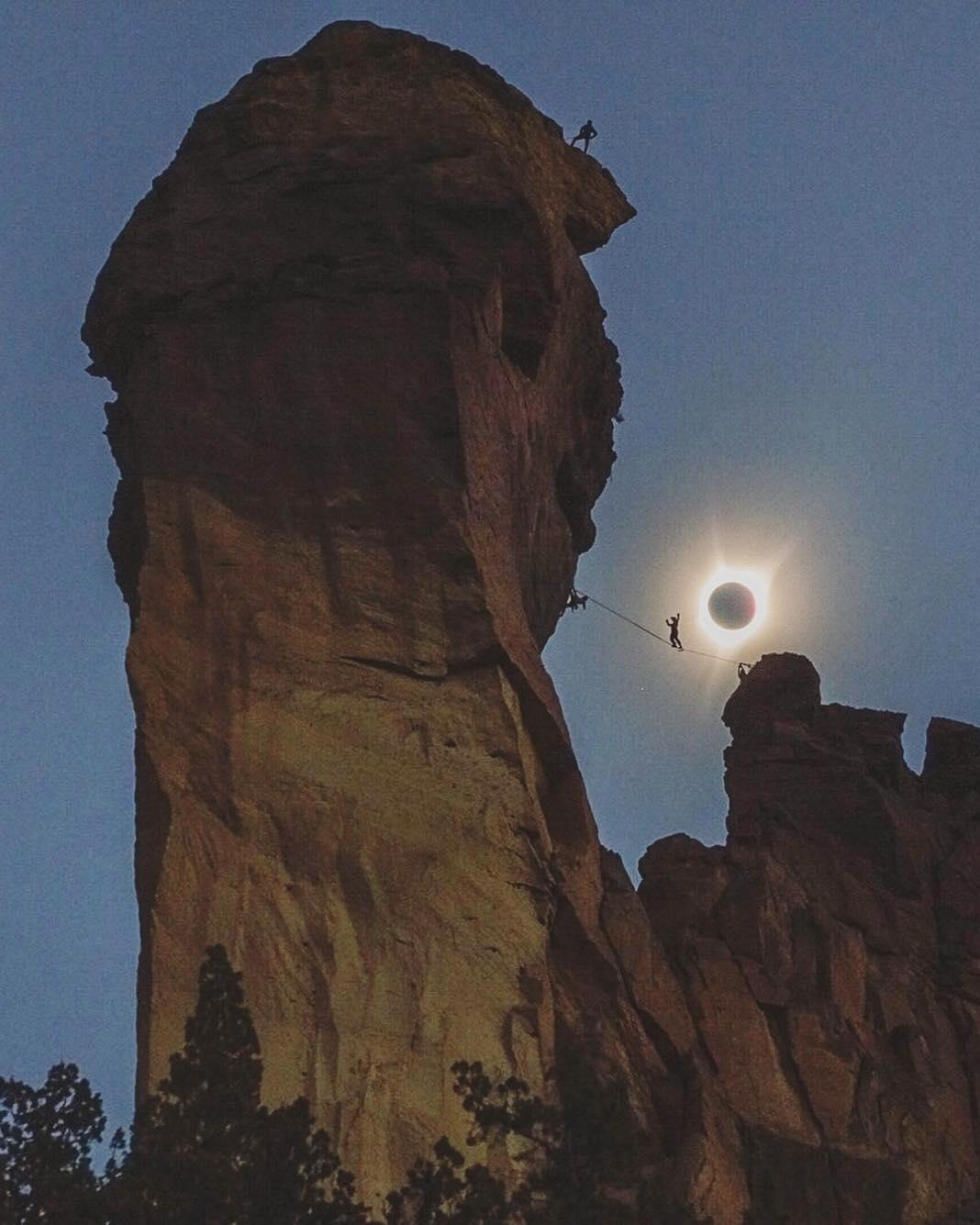 Zaćmienie słońca w górach. Człowiek chodzący na linie