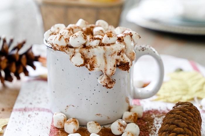 Kubek z gorącą czekoladą i góra pianek marshmallow