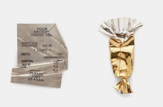 Pogięty srebrny rachunek i złoty papierek po cukieruku