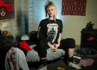 Dziewczyna w czarnych spodniach i czarnej koszulce