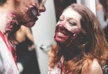Tańcząca para w halloweenowych charakteryzacjach