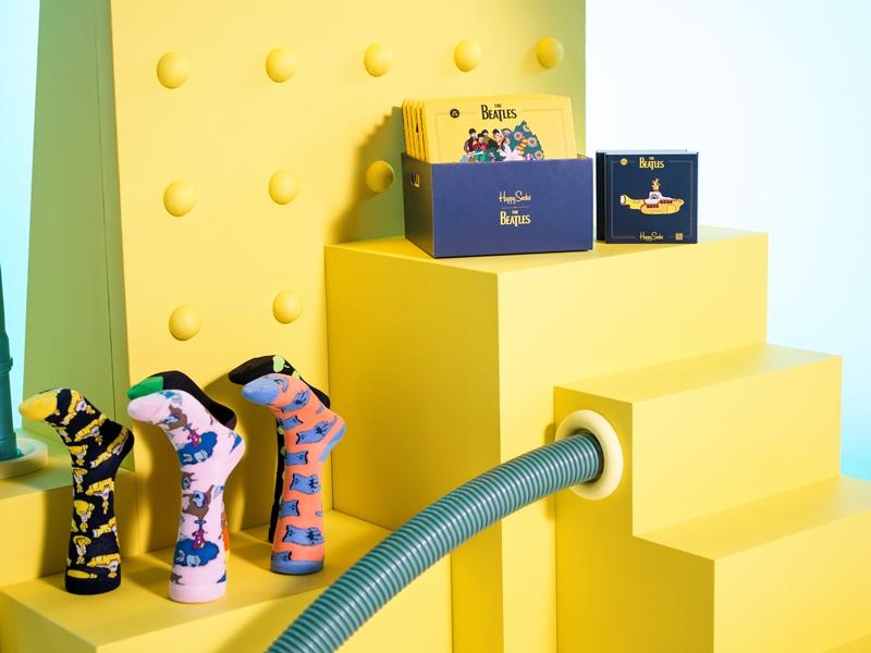 Żółta półka na której leżą skarpetki
