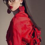 Portret dziewczyny ubranej na czerwono z duzymi czerwonymi kolczykami