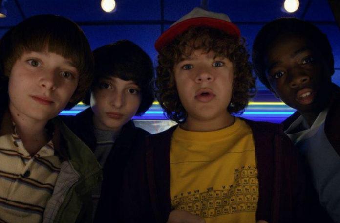 Czwórka zdziwionyc chłopców patrząca w obiektyw
