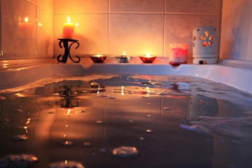 Wanna napełniona wodą i świeczki