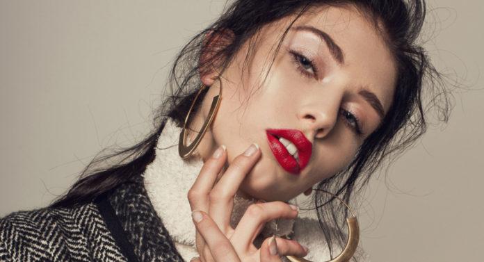 Portret dziewczyny z rozchylonymi ustami i czerwoną szminką