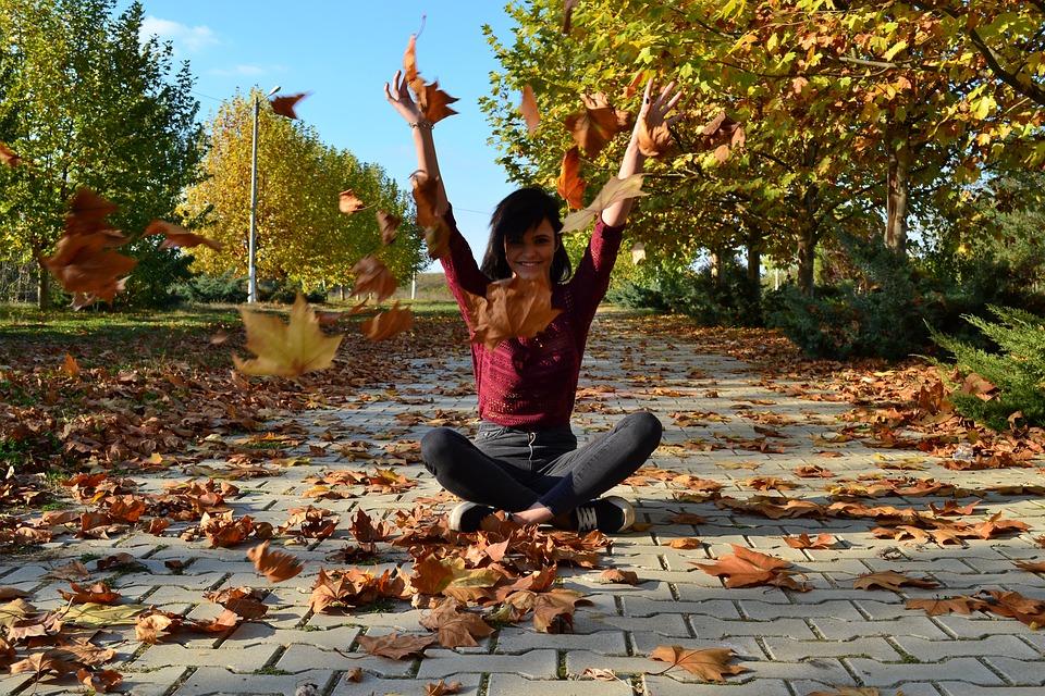 Dziewczyna rzucająca liście