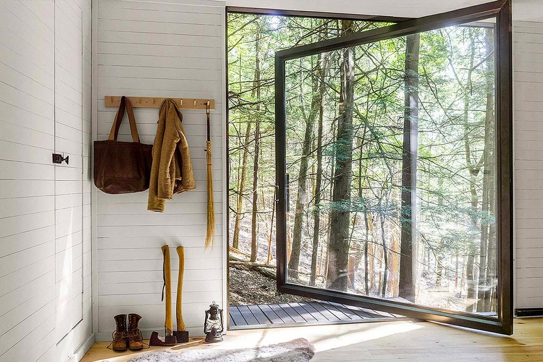 Minimalistyczne wnętrze z duzymi oknami