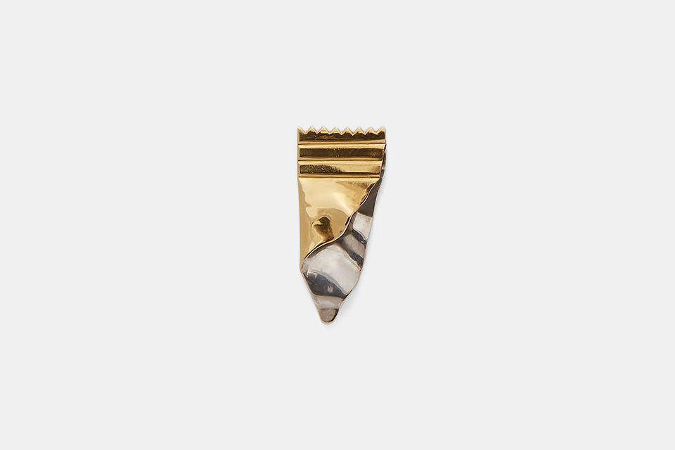 Złoty fragment papierka po batonie