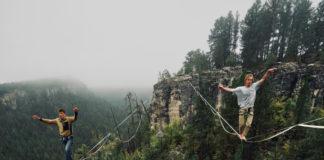 Przejście po linie w lesie