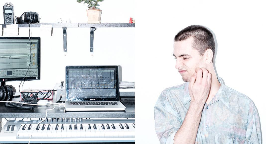 Mężczyzna w błękitnej koszuli, a obok jego sprzęt do DJki