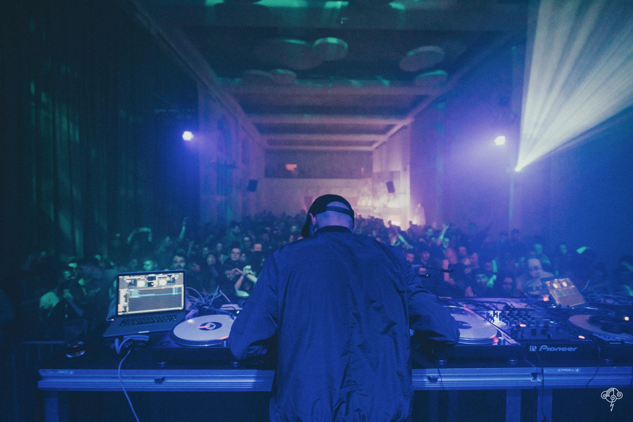 Widok na stanowisko DJa i tłum zgromadzony przed sceną