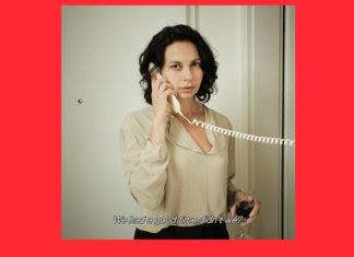 Kobieta trzymająca kieliszek z winem i słuchawkę