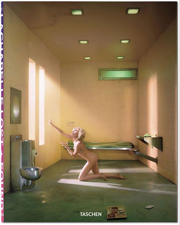naga dziewczyna próbująca wydostać się z więziennej celi