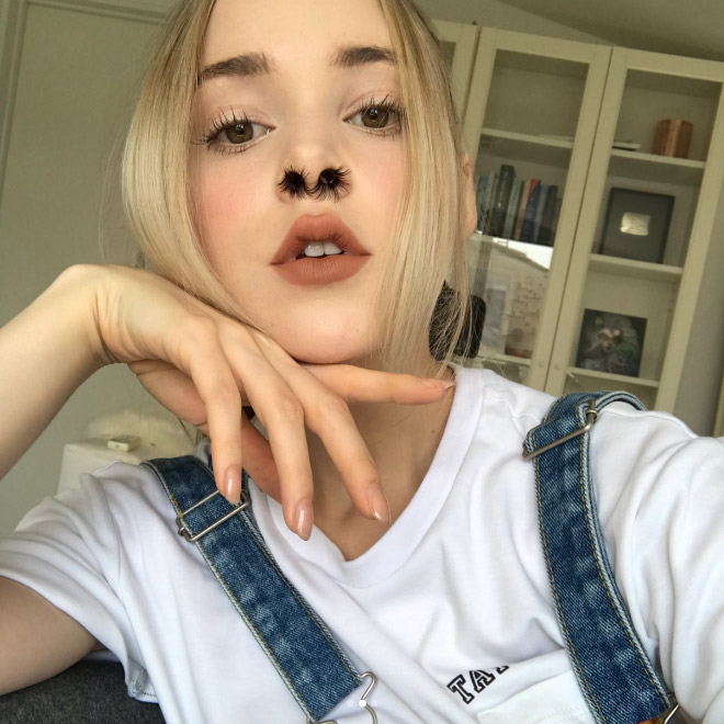 Dziewczyna z wystającymi, sztucznymi włosami z nosa