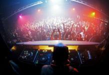 Konsoleta DJa i tłum bawiących się ludzi