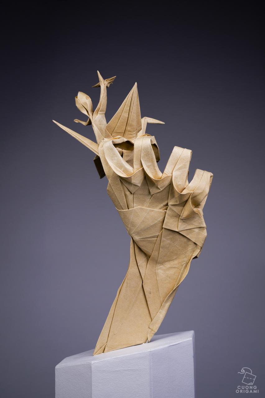 origami - chłopiec na dłoni