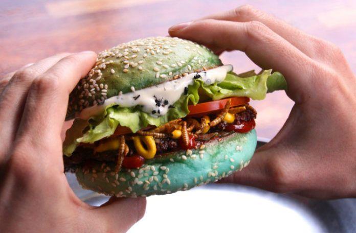 Zielony burger wypełniony robakami