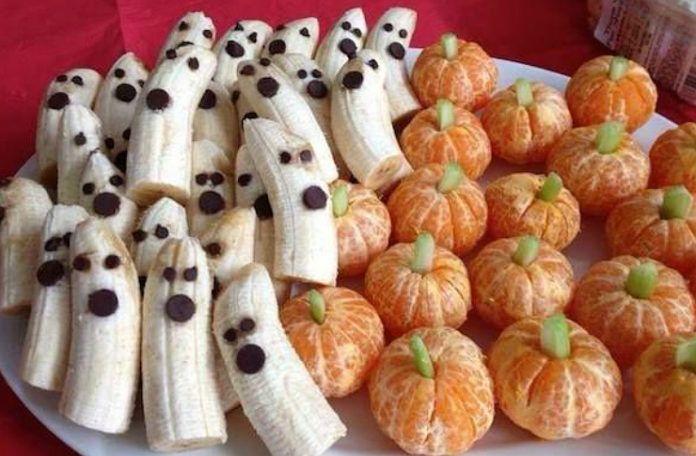Banany z oczami i buziami z czekolady i mandarynki udajace dynie
