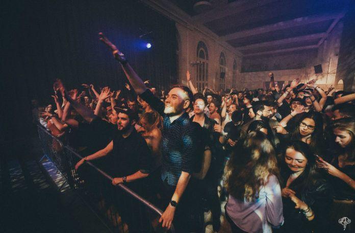 Publiczność stojąca pod sceną