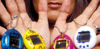 Kobieta trzymająca w dłoniach cztery, elektroniczne zabawki w kształcie jajka