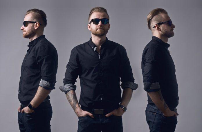Mężczyzna ubrany w koszulę, spodnie i okulary przeciwsłoneczne na jednym zdjęciu w trzech perspektywach: od przodu i z dwóch boków