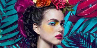 Dziewczyna z warkoczami i gęstymi brwiami na tle surrealistycznych roślin