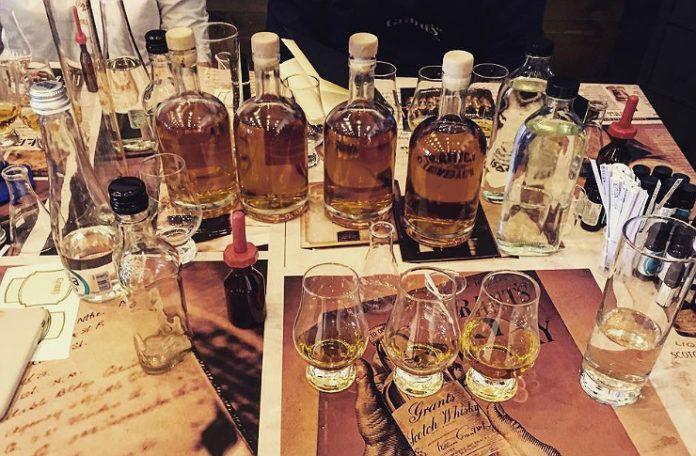 Butelki whiskey oraz kieliszki