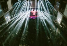 Scena, światła reflektorów i tłum ludzi