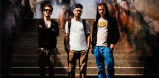 Trzech chłopaków stojących na kamiennych schodach na zewnątrz