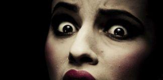 wystraszona twarz dziewczyny
